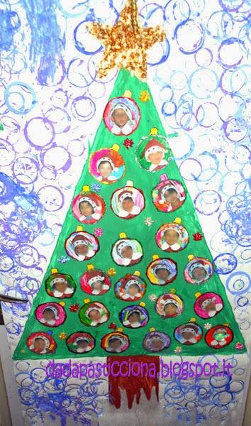 Dada pasticciona decoro per la porta natalizio veloce for Addobbi aula