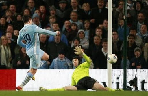 Samir Nasri beats Chelsea goalkeeper Petr Čech to score the winner for Manchester City