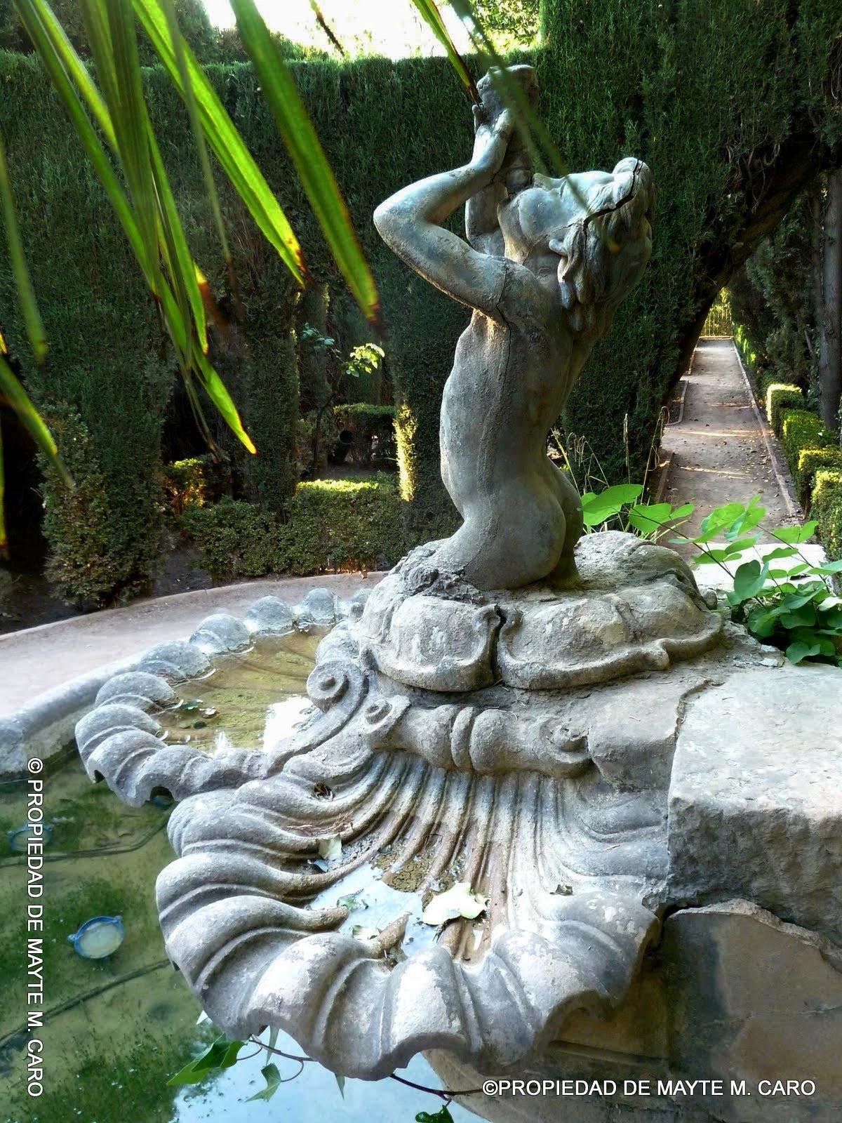 Fuentes de granada fuente en el jardin de los arcos en el for Jardin de gomerez granada