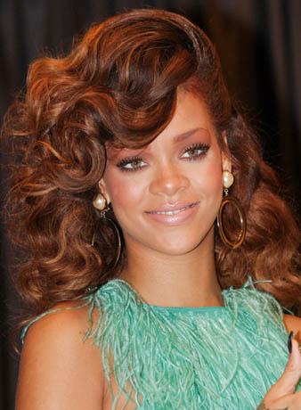 Rihanna yana atılmış kahverengi ve maşalı saçları ile yine fark yaratmaktadır.
