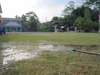 menyiram lapangan saat kemarau
