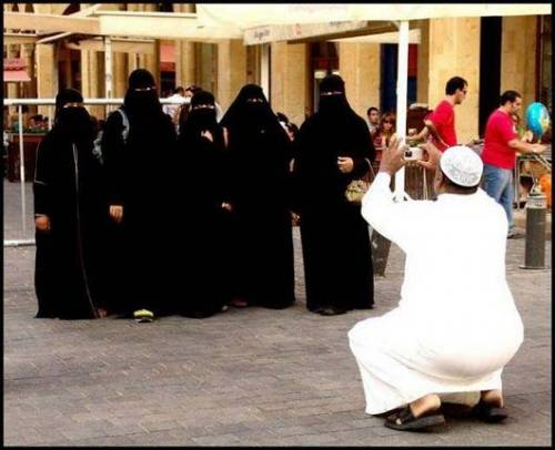 Funny Niqab and Burka Pictures - Taking Group Photo