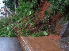 Deslizamento na rua Oswaldo Cruz no Rio Vermelho