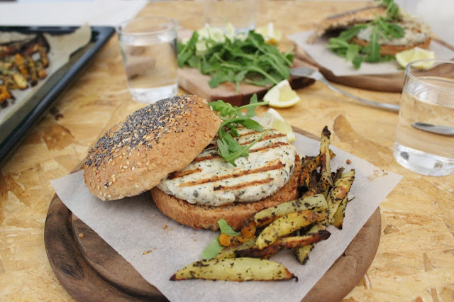 burger di pesce leggero con patatine fiammifero e zucca aromatica