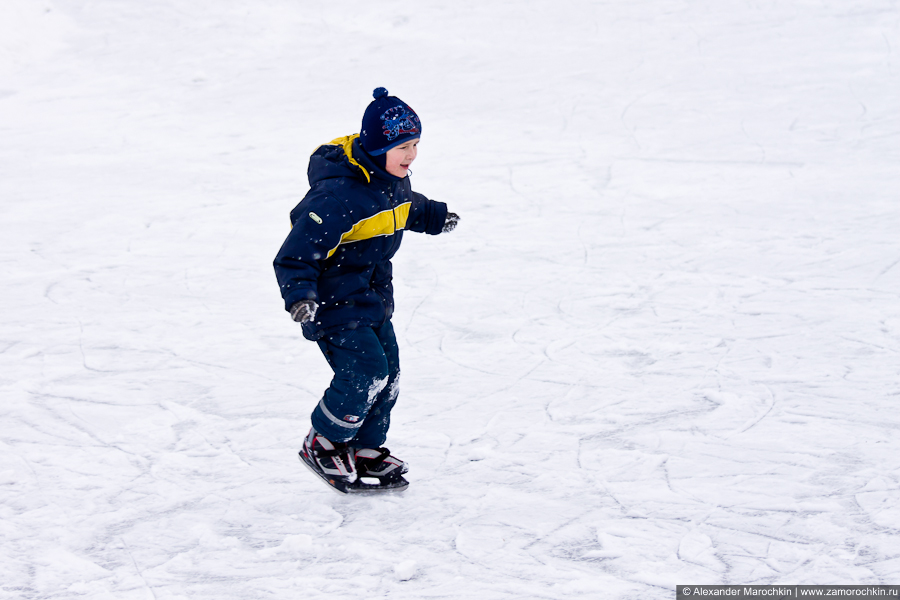 Мальчик катается на коньках