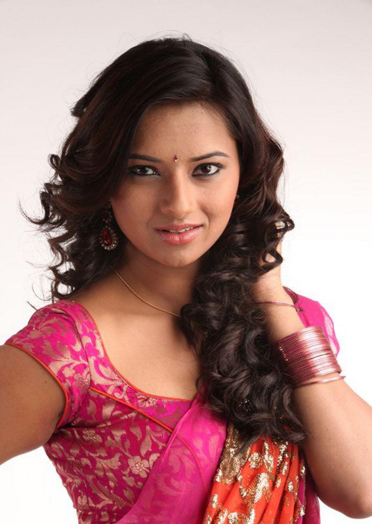 Isha Chwla Unseen Stills in Pink Saree