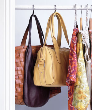 Organização de bolsas em ganchos