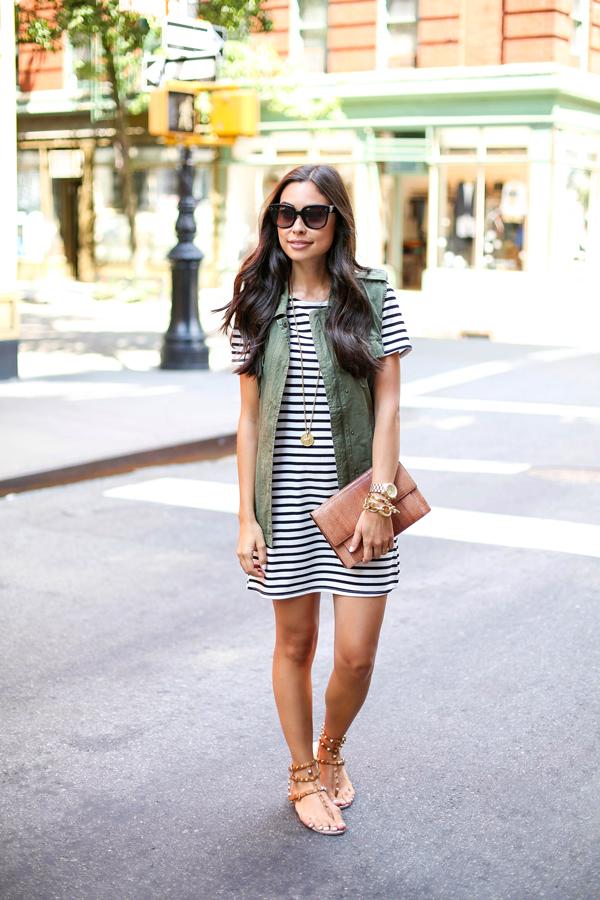 black-and-white-stripe-dress-clothing-with-green-utility-vest-valentino-sandals-preto-e-branco-listra-dress-roupa com-verde-utilitário-colete-valentino-Sandals-roupas da moda-vestido curto-vestido preto e branco-blog de moda