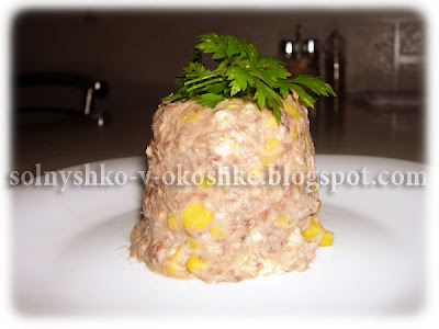 Рыбный салат с омлетом и кукурузой