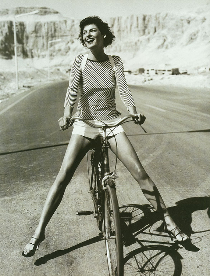 Linda Evangelista photographed by Mario Testino for Vogue UK May 1997 / bicycles in Vogue, Harper's Bazaar, Marie Claire, Elle fashion editorials and campaigns / via fashioned by love british fashion blog