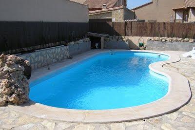 Decoraciones y hogar decora modernas piscinas 2012 for Modelos de piscinas modernas