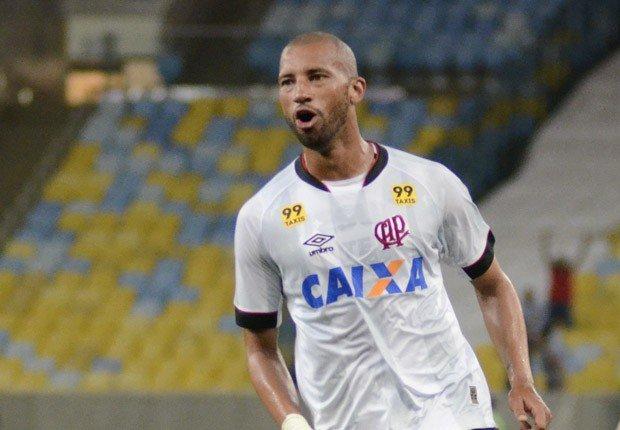 Zagueiro marcou um dos tentos do Furacão no Maracanã (Foto: Mauricio Mano/Atlético-PR)