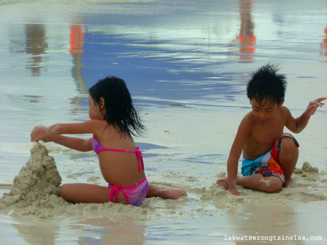THE AFTERNOON STROLL FROM WHITE BEACH TO DINIWID BEACH