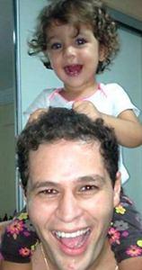 Pedro Leonardo aparece recuperado e com a filha nos ombros