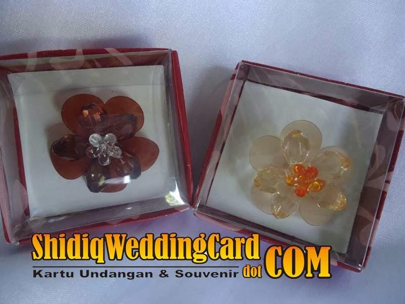 http://www.shidiqweddingcard.com/2014/02/souvenir-bross-dahlia.html