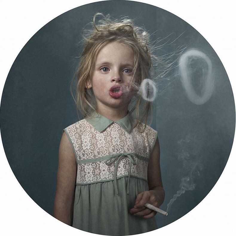 Fotografías artisticas de niños fumadores muestran cómo los adultos influyen en ellos