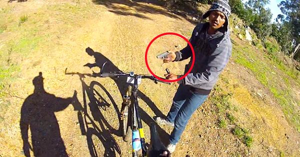 Paseaba tranquilamente en bici cuando le asaltaron a punta de pistola para robarle