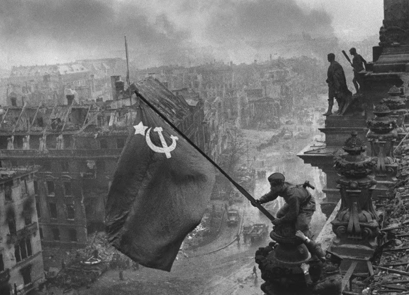 Ultimate Collection Of Rare Historical Photos. A Big Piece Of History (200 Pictures) - Soviet Flag raised above the Reichstag