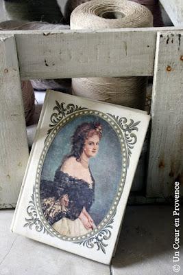 Un ancien livre dont la couverture est décorée d'un portrait de la comtesse de Castiglione