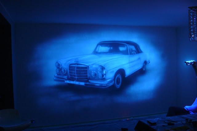 Mlowanie obrazu (grafitti) na ścianie farbami fluorescencyjnymi, obraz UV, mercedes w ultrafiolecie Poznań