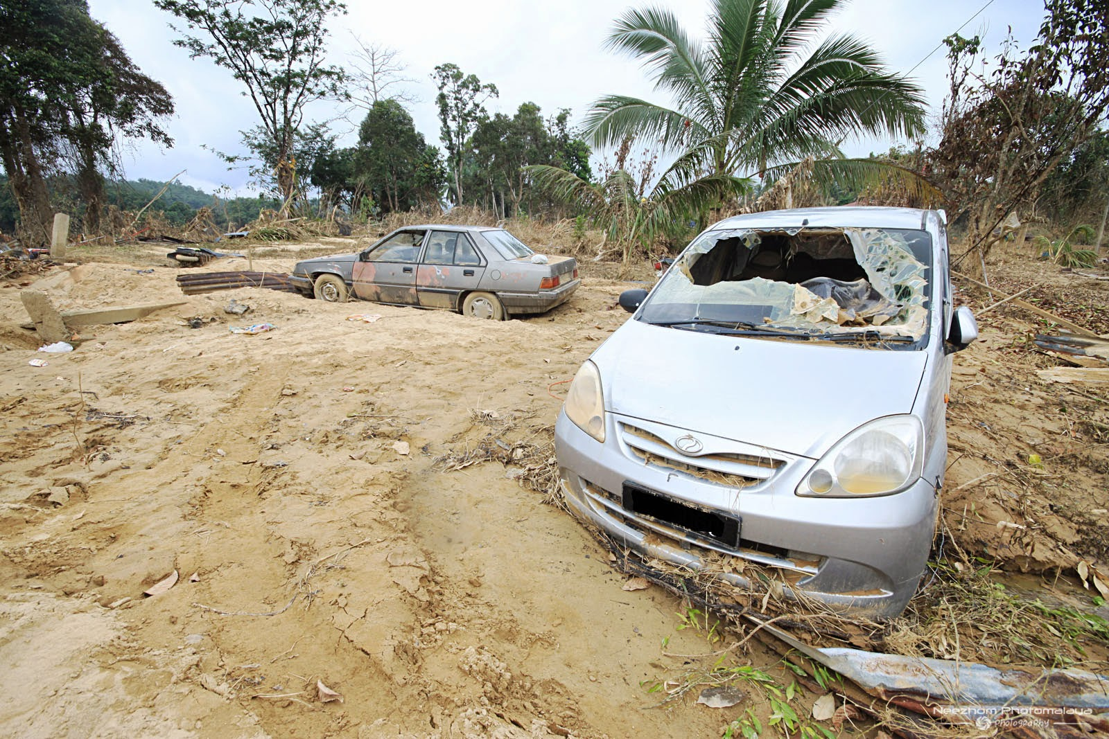 gambar cermin kereta pecah kesan Banjir besar di Kampung Manjor, Kuala Krai