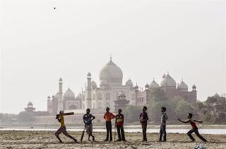 Permainan kriket berlatarbelakang Taj Mahal yang hebat