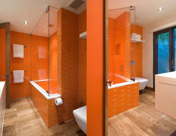 Ванная комната в стильном доме с бассейном