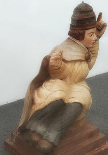 Figura pontifícia inclinada, no Museu Missioneiro de São Borja. Esculpida em madeira cedro.
