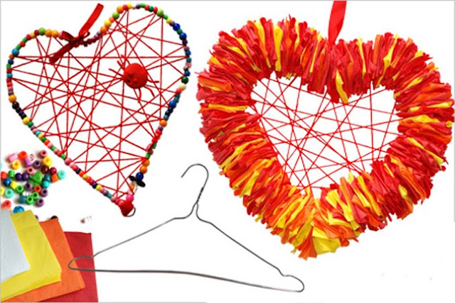 Como fazer arte com cabides usados de plástico e de arame.
