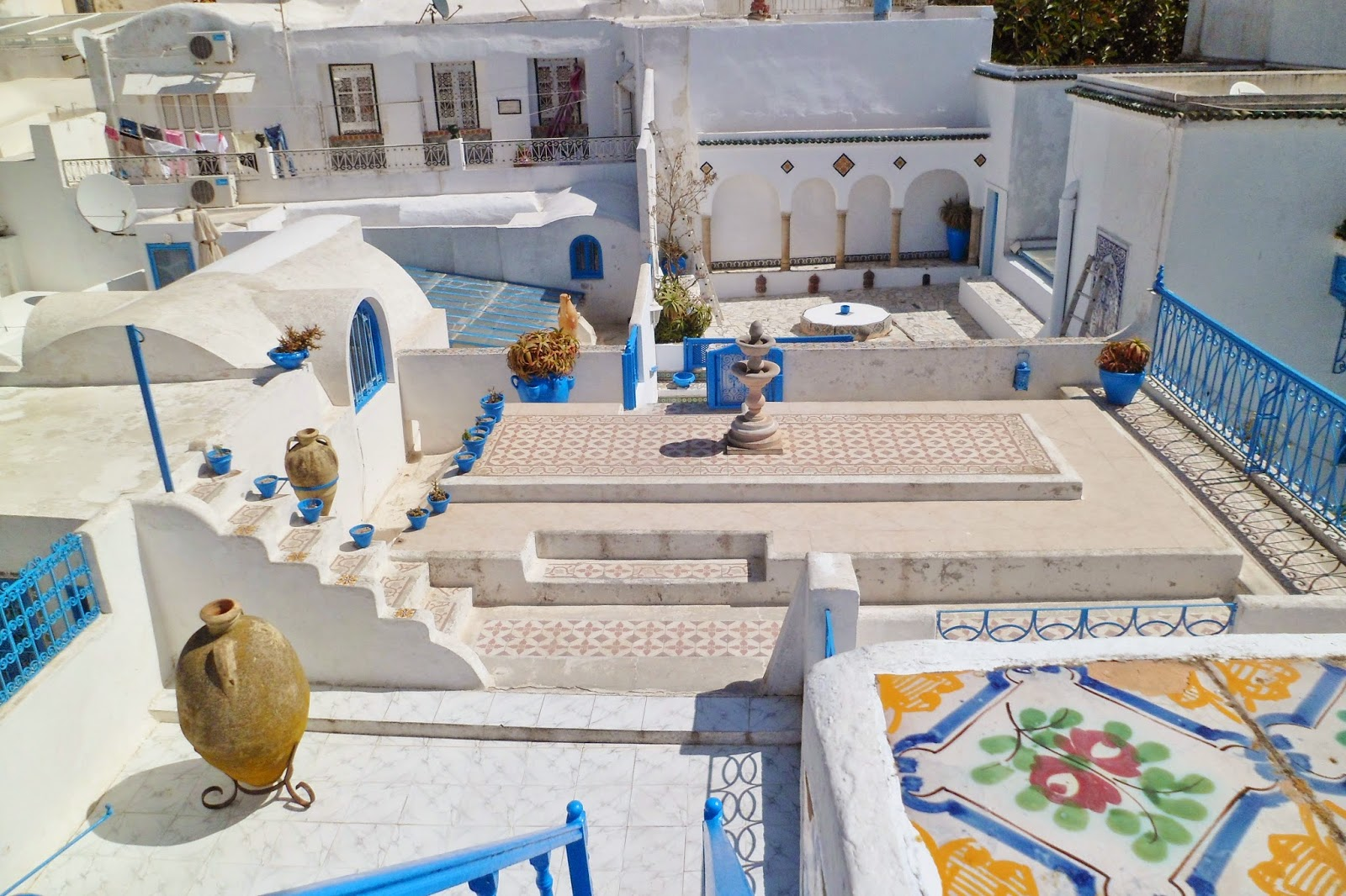maison dar el annabi blanche et bleue terrasse sidi bou. Black Bedroom Furniture Sets. Home Design Ideas