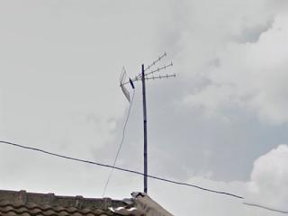 Kabel tidak dikaitkan ke tiang, membebani salah satu sisi Titis