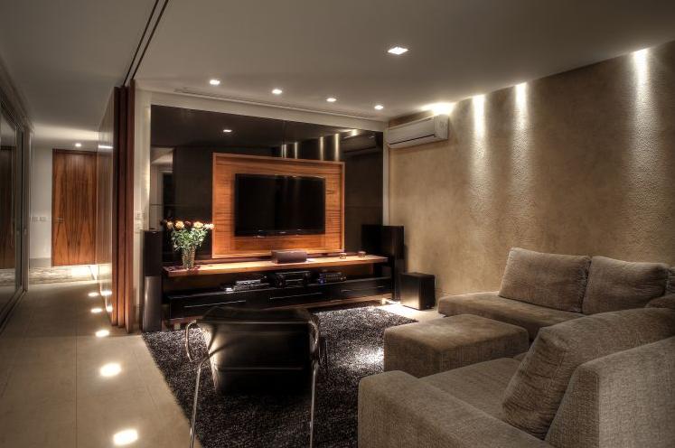 Sala De Tv Decorada Com Almofadas ~ Olha que interessante esse sofá?! Já vem com o aparador embutido nas