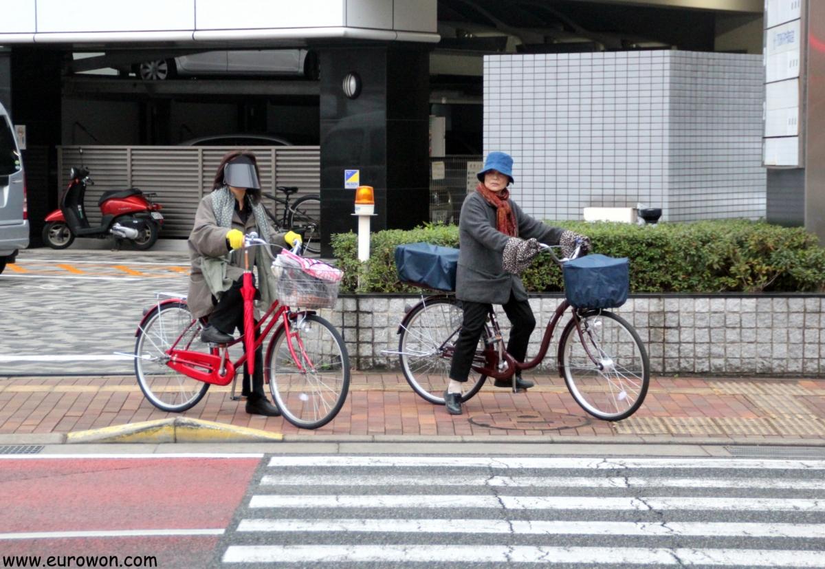Dos ciclistas esperando en un semáforo de Fukuoka en Japón
