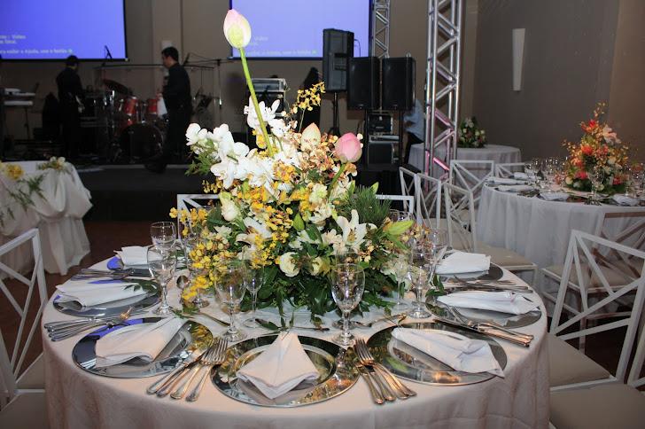 Produção Eventos Arte Floral. ( mesa dos noivos .)