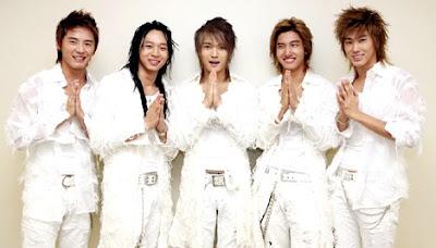 DBSK o TVXQ vestidos de blanco con bellas sonrisas