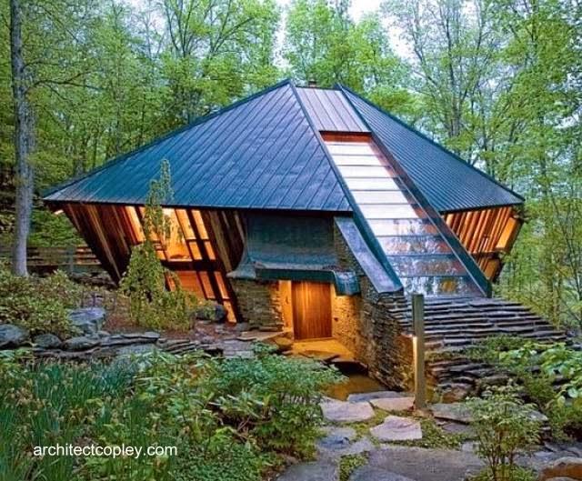 Cabaña de madera y piedra con diseño orgánico en Estados Unidos