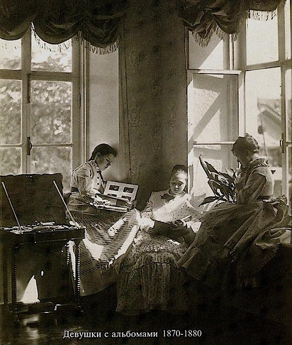 Андрей Осипович Карелин, нижегородский художник и фотограф. Девушки с альбомами. 1870-1880