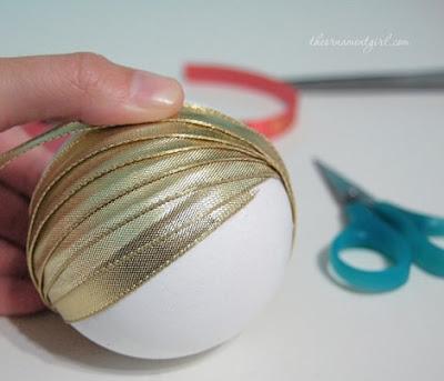 Bolas navideñas caseras decoradas con cinta