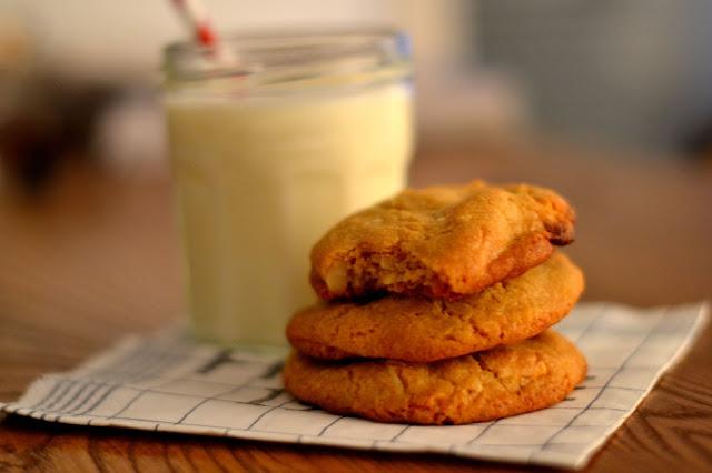Valkosuklaa-macadamian keksit