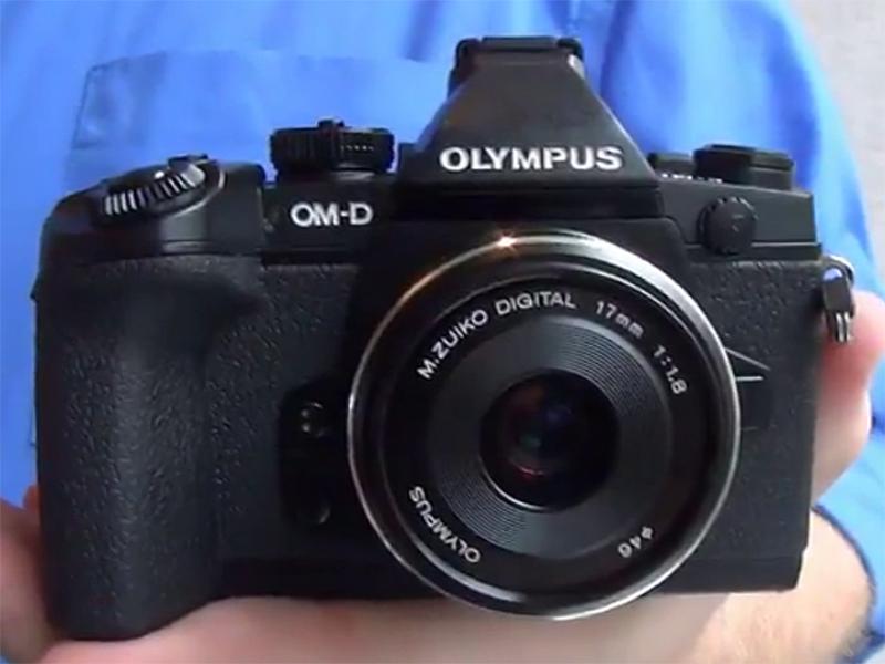 La Olympus OM-D E-M1 fotografata di fronte