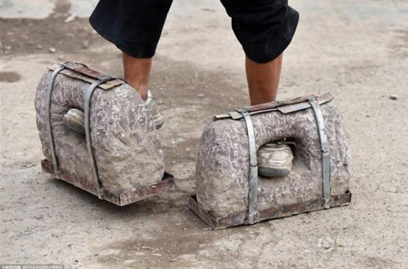 Datuk perkasa berjalan dengan kasut dan dumbel batu