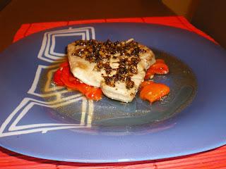 Lomo de atún sobre cama de pimientos asados