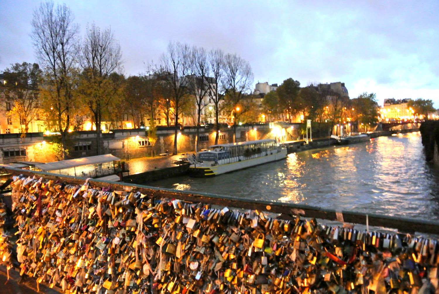Voyager avec kn paris love locks for Love lock bridge in paris