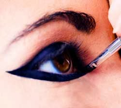 maquillando los ojos con delineado egipcio