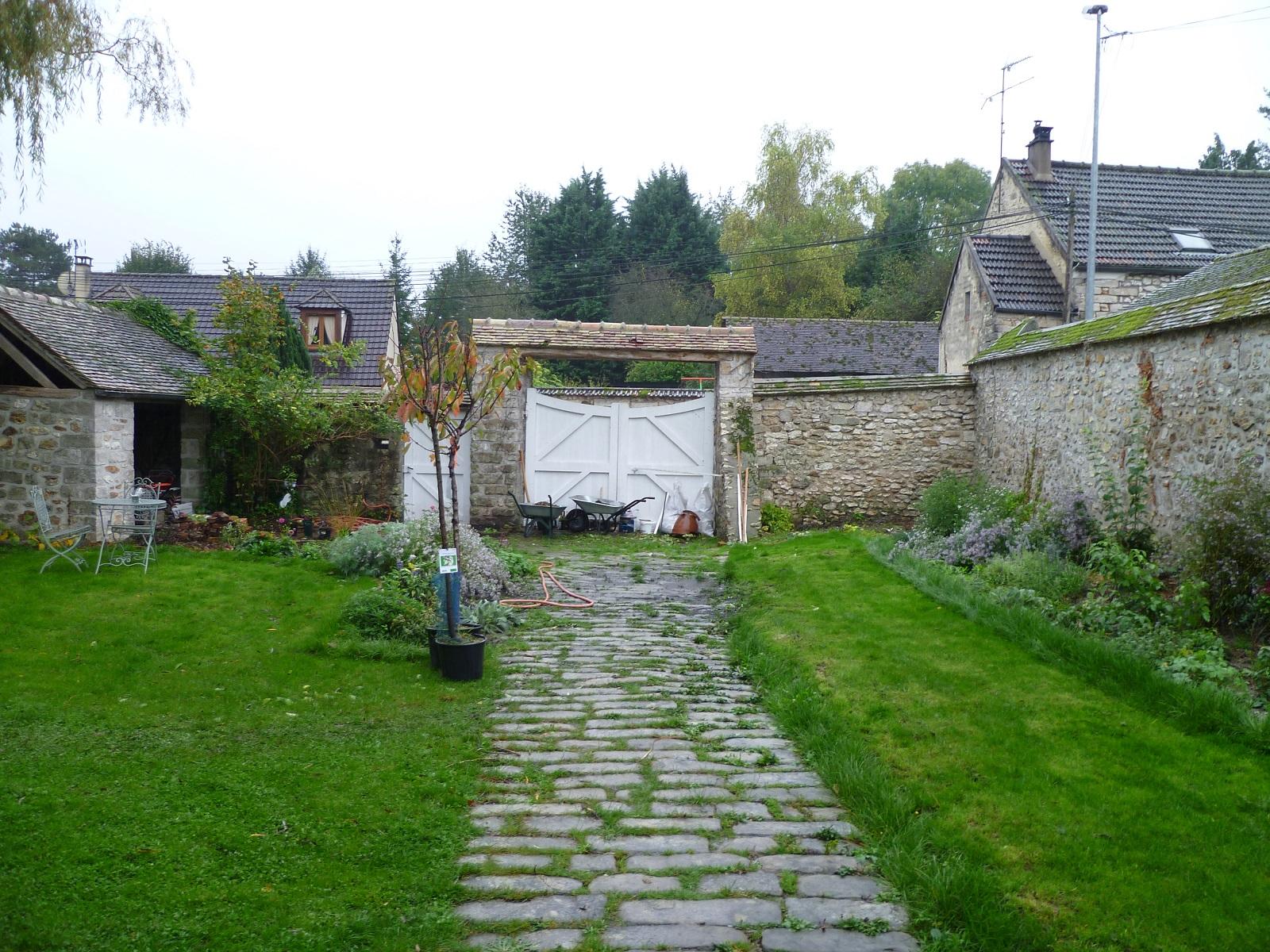 derri re les murs de mon jardin devant la maison 1. Black Bedroom Furniture Sets. Home Design Ideas