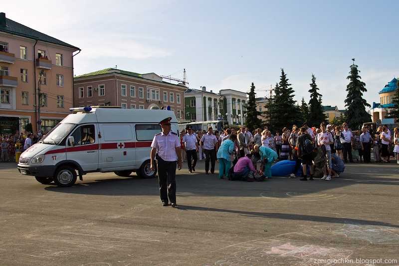 Скорая помощь увозит пострадавшего парашютиста. День города в Саранске