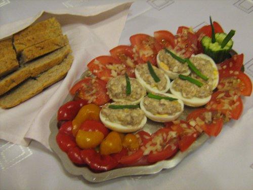 jajka z nadzieniem anchois i chleb mojego wypieku