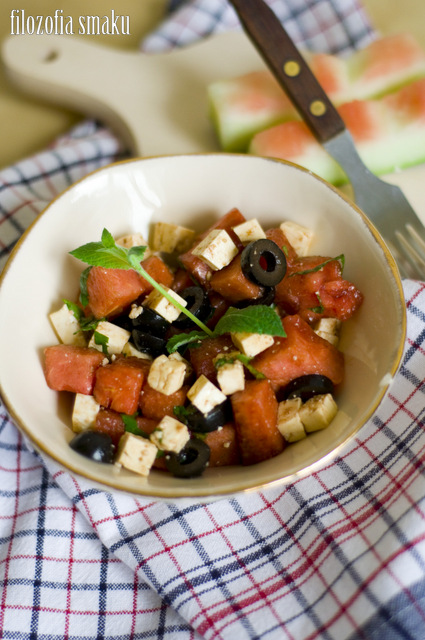 Sałatka z arbuza, fety i czarnych oliwek
