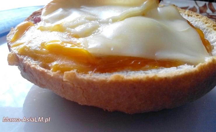 bułka z jajkiem serem i kiłbasą szybka kolacja