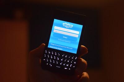 Por fin la tan esperada aplicación, La que estábamos esperando desde hace muchos años. Skype, junto con todas sus funciones llego a la plataforma BlackBerry. Y a pesar de que sólo está disponible para un modelo, vale la pena mirar lo que puede ofrecer y cómo funciona. Desafortunadamente, debido al hecho de que sólo está disponible para el Dev. Alfa C y Q10 y aún está en fase beta, no se puede realizar una revisión completa, la siguiente es una lista de la información general y de las primeras impresiones: Esta aplicación nos permite a todos disfrutar de las funciones